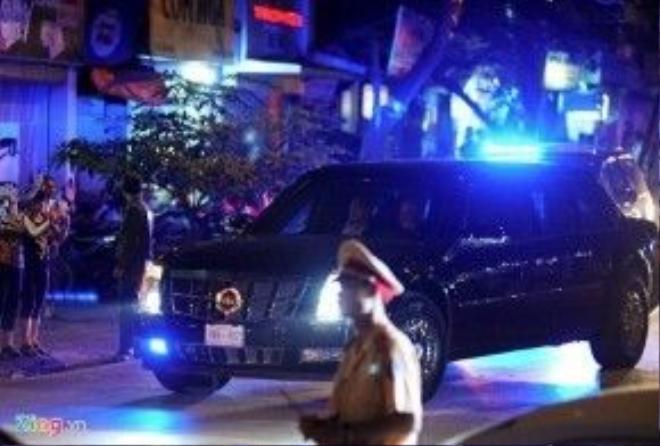 """Chiếc xe được mệnh danh là """"Quái thú"""" của tổng thống Mỹ đưa ông Obama tới quán bún chả. Ảnh: Việt Hùng"""