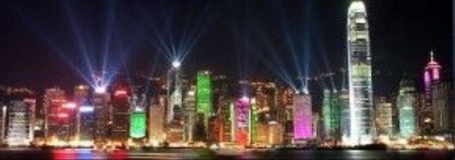 Đây chính là khu vực tập trung hầu hết các tòa nhà góp mặt trong A Symphony of Lights. Nơi để có cái nhìn toàn cảnh chính là khu vực bến cảng của vịnh Victoria. Thông thường vào lúc 8h tối, khách du lịch sẽ tập trung đến nơi này để có cái nhìn rõ nét và đặc tả nhất, cũng như chiêm ngưỡng được 15 phút rực rỡ nhất của Hong Kong mỗi khi đêm về.
