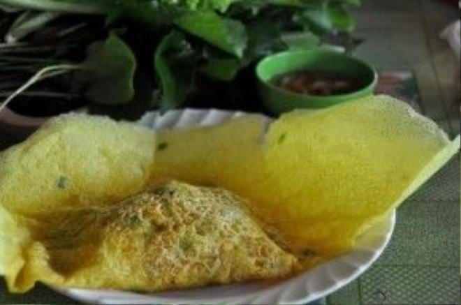 Bánh thành phẩm được bày lên đĩa, ngươi ăn có thể tùy theo sở thích, hoặc xé từng miếng cho vào chén rồi chan nước mắm, hoặc cuốn với rau thơm.