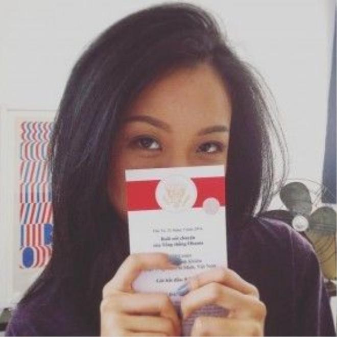 Nữ ca sĩ rất háo hức với buổi gặp mặt Tổng thống Mỹ. Trong hình cô khoe thư mời mình nhận được.