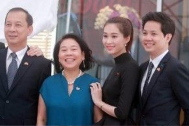 Hoa hậu Đặng Thu Thảo và bạn trai xuất hiện rạng rõ để đón tổng thống Obama.