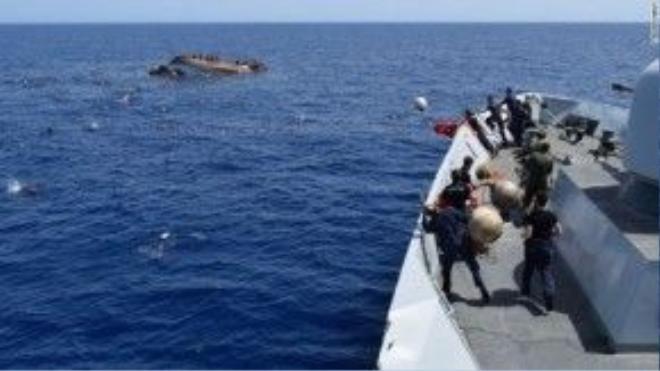 Các tàu cứu hộ đã nhanh chóng có mặt để thả bè cứu sinh và áo phao cho những người dân gặp nạn