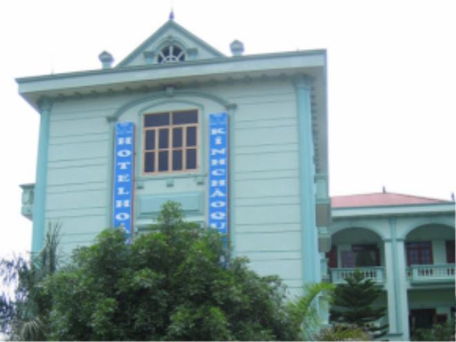 Một căn nhà trọ có kiến trúc mang hơi hướng phong cách Pháp. Theo Jonathan điều đó cũng dễ hiểu bởi Việt Nam từng là thuộc địa của Pháp trong vòng 100 năm.