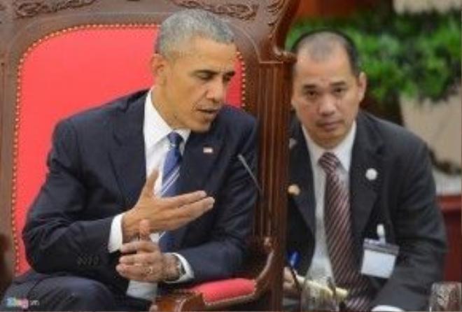 """Trong lần gặp ông Obama lần đầu tiên năm 2014, Anh Phạm từng nói với tổng thống rằng: """"Mơ ước lớn nhất của tôi là bao giờ tổng thống thăm Hà Nội lần đầu thì cho tôi làm phiên dịch, lúc ngài có bài phát biểu trực tiếp với người dân Việt Nam"""". Tổng thống Obama khi đó đã cười và vỗ vai anh rất thân thiện. Ảnh: Anh Tuấn"""