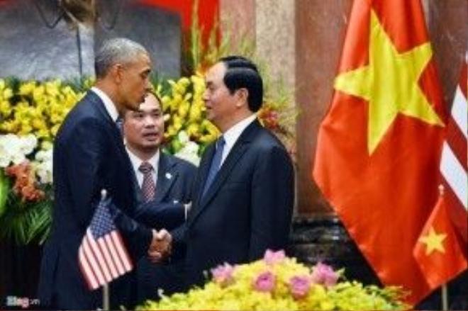"""Tại Trung tâm Hội nghị Quốc gia trưa 24/5, Anh Phạm đã nghẹn lời khi dịch hai câu Kiều """"Rằng trăm năm cũng từ đây/ Của tin gọi một chút này làm ghi"""" để kết thúc bài phát biểu về quan hệ Việt – Mỹ trước những người trẻ và trí thức Việt. Bài phát biểu của Tổng thống Obama được nhận định là sẽ đi vào lịch sử quan hệ Việt – Mỹ như một bài diễn văn đi mãi với năm tháng. Ảnh: Hoàng Hà"""