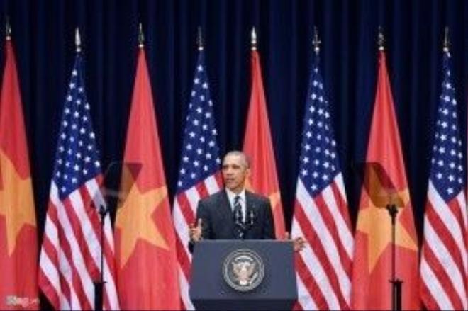 """Hai câu Kiều được chọn nhất quán hết sức với thái độ của Hoa Kỳ với Việt Nam tuy phản ánh ước mơ hơn là sự thật. Người dịch nói cho tất cả mọi người liên quan biết là muốn hai câu đó sẽ là câu kết thúc của bài diễn văn, giống như viên ngọc lớn trên đỉnh vương miện. Người dịch muốn nhìn thấy một cam kết chặt chẽ, gắn bó, thân tình, gia đình y như ý đồ thể hiện trong hai câu thơ"""", Anh Pham viết. Ảnh: Hoàng Hà"""