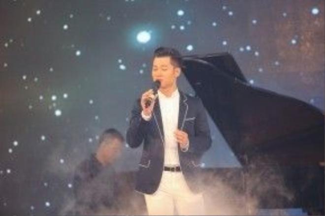 Tiếng hát của anh được đệm với ngón đàn piano của nhạc sĩ Nguyễn Quang Anh, con trai của cố nhạc sĩ Nguyễn Ánh 9. Cây đàn piano trình diễn cũng là vật phẩm đấu giá của chương trình.