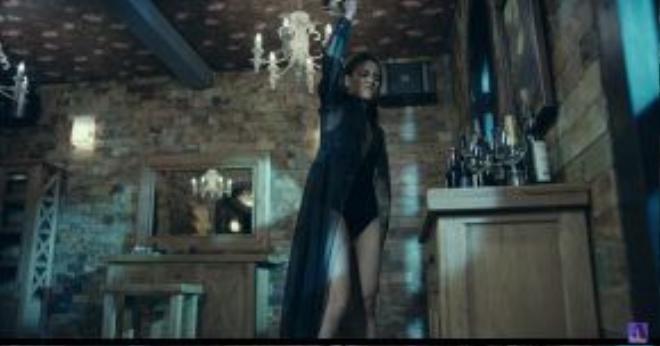 Chiếc váy đen mở màn cũng là trang phục kết trong MV của Hoàng Thùy Linh.