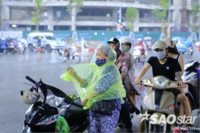 Cơn giông ập xuống đúng giờ tan tầm, hàng triệu người đang trên đường về nhà sau giờ làm việc