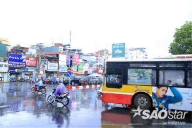 Tại nhiều ngã tư, hàng loạt người đi xe máy dầm mình trong mưa do không kịp đối phó với cơn mưa bất chợt