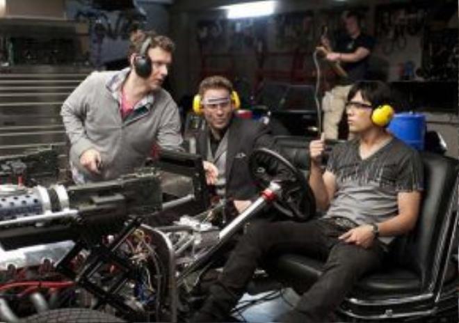 Một cảnh Châu Kiệt Luân và Seth Rogen điều khiển những phương tiện đặc biệt trong phim.