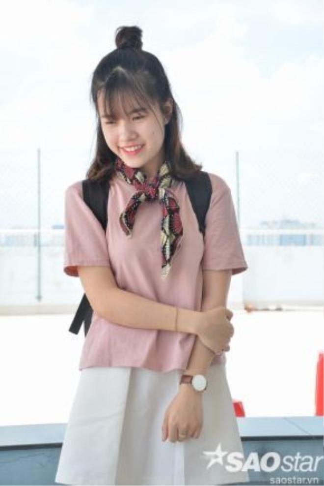 Hãy tặng ngay một điểm cộng cho cô nàng vì sử dụng phụ kiện vô cùng khéo léo với chiếc khăn quàng nhỏ cùng đồng hồ vintage.