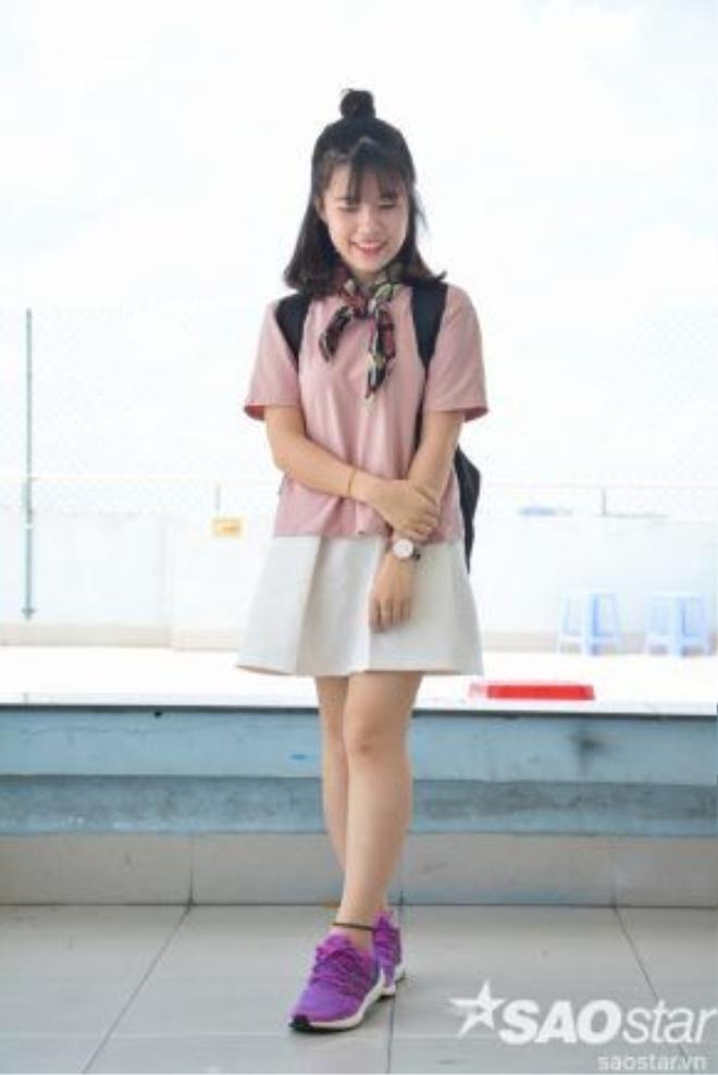 Dễ thương không kém trong trang phục với tông màu pastel nhẹ nhàng ngọt ngào. Ai cần quan tâm đến giày cao gót, sneaker vẫn là đôi bạn thân thiết nhất của sinh viên.