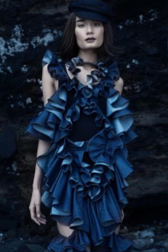 Ngoài những thiết kế mang tính ứng dụng, Đỗ Mạnh Cường còn khoe khéo tài xử lí chất liệu, đường cắt khi tạo nên bộ váy với những chi tiết dún bèo xếp tầng