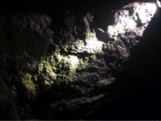 Khe núi nghi là nơi Aiden Shaw Webb bị trượt ngã và bị thương, gần vị trí tảng rêu bị lật