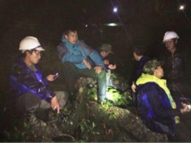 Đoàn cứu hộ trong đêm