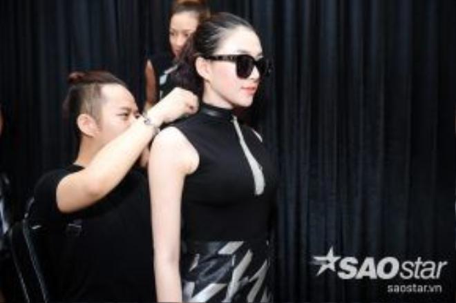 Các thí sinh đã có một buổi làm việc cùng NTK Chung Thanh Phong để thử đồ và lựa chọn trang phục phù hợp với mình.