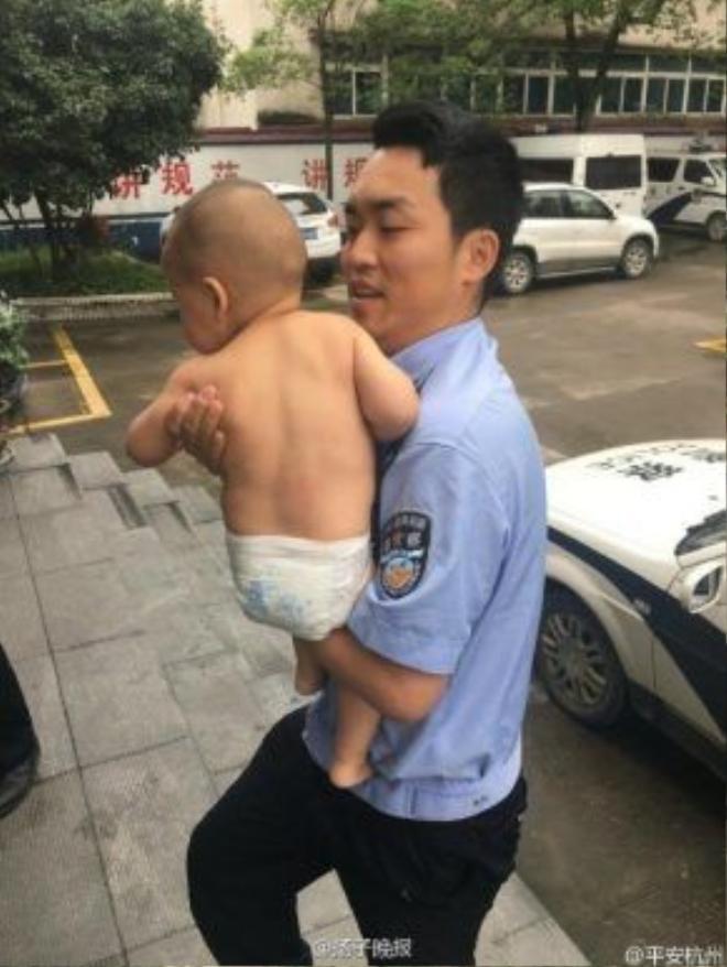 Các cảnh sát phải chia nhóm để phục vụ các bé và một nhóm tìm thông tin gia đình.