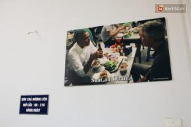 Một vài bức ảnh được trưng bày tại quán bún chả Hương Liên. Ảnh: Kenh14