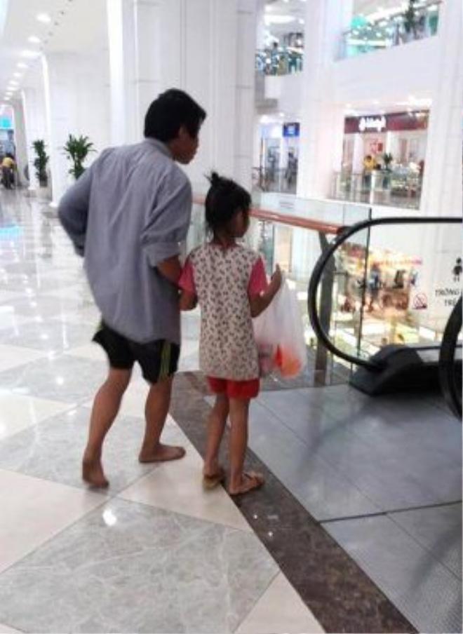 Người cha đi chân đất cùng con gái đi mua mì tôm – (Ảnh: Facebook)