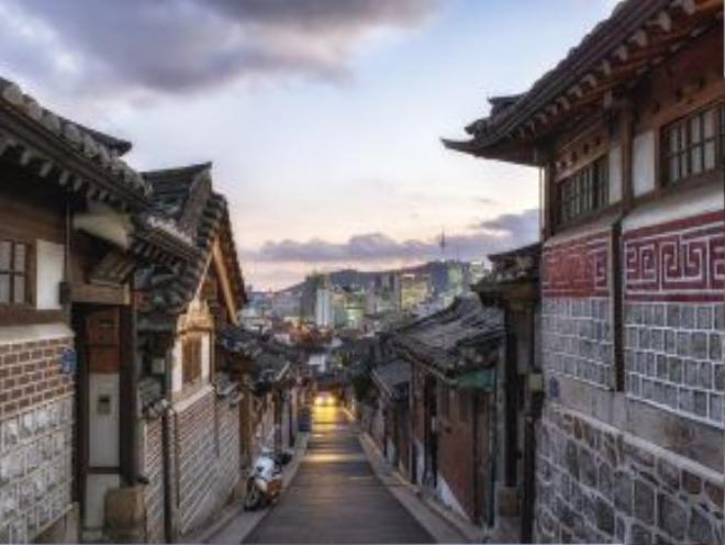 Làng Bukchon Hanok, Seoul, Hàn Quốc: Ngôi làng cổ này nằm không xa khu đô thị nhộn nhịp của Seoul, với kiến trúc truyền thống Hàn Quốc cùng nhiều nét văn hóa thú vị.