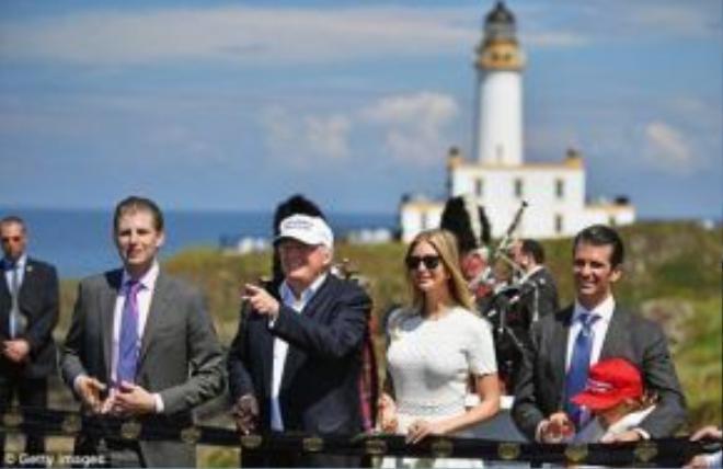 Tại chuyến du lịch đánh golf với đầy đủ các thành viên trong gia đình, gồm có con trai Eric, con gái Ivanka và con trai Jr (từ trái sang).