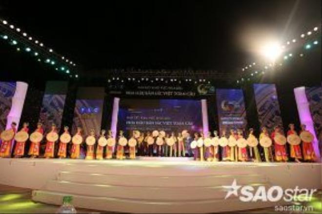 Mở màn đêm thi, top 30 bước lên sân khấu với tiết mục đồng diễn.