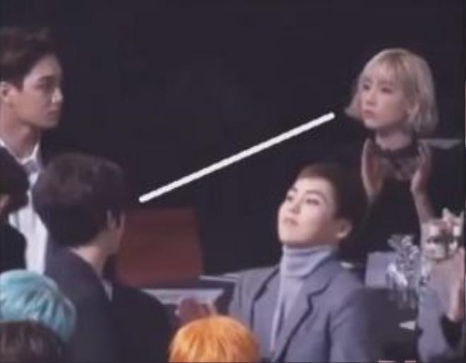 Phản ứng của Baekhyun khi Taeyeon đi qua.