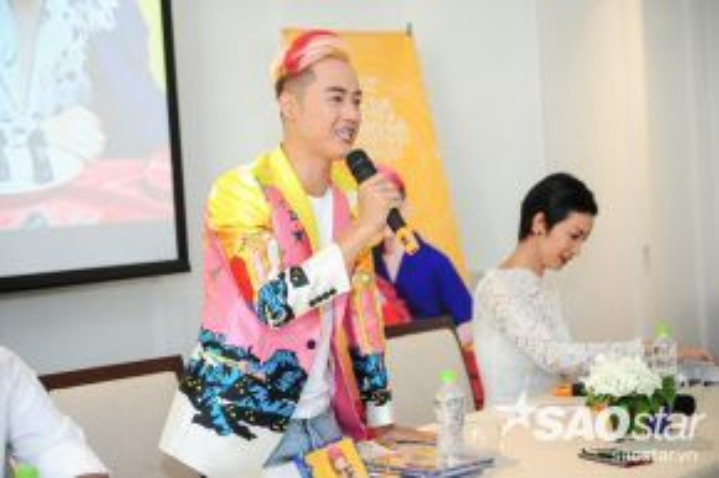 Nam ca sĩ cũng khiến khách mời xúc động trước chia sẻ về những khó khăn trong quá trình theo đuổi nghệ thuật đến cùng của mình.