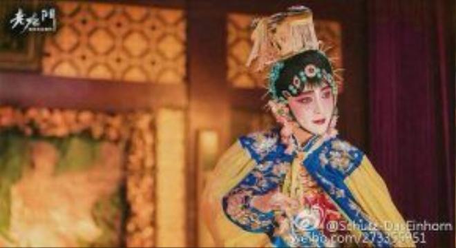 Trương Nghệ Hưng xuất hiện khi đang diễn vai đào trong một vở kịch.