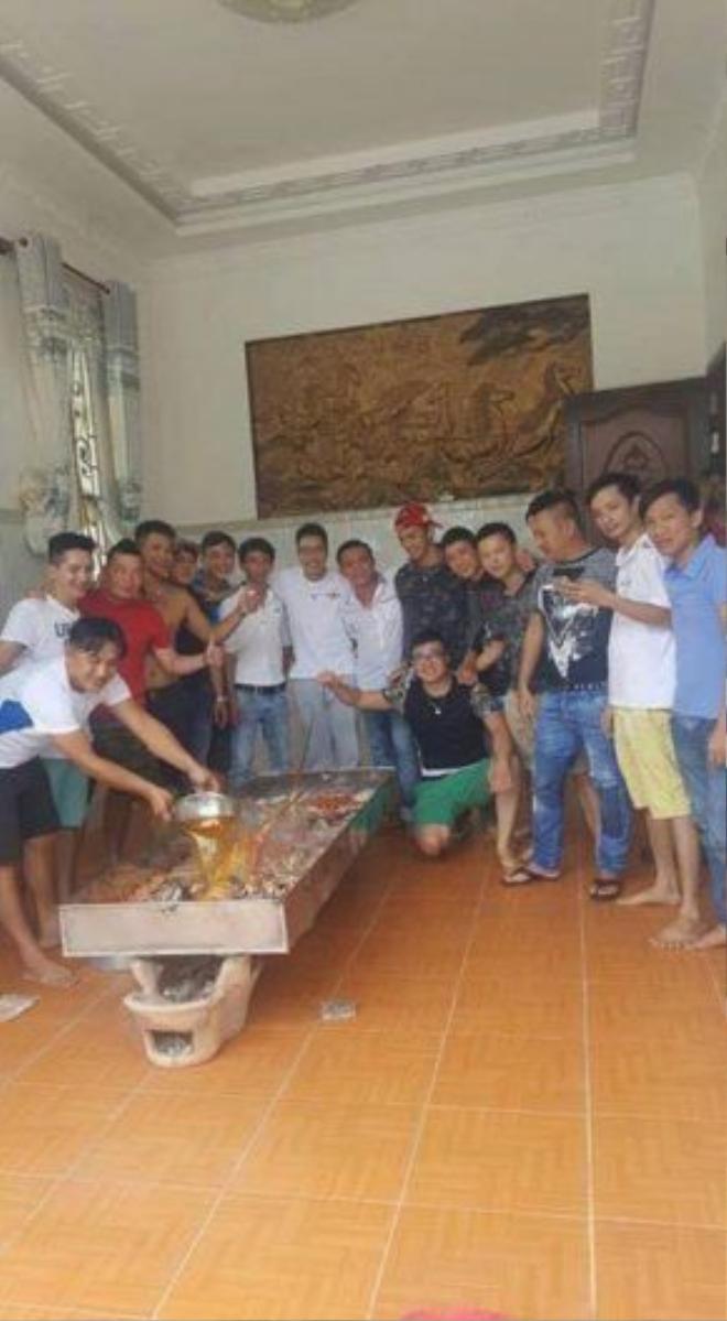 20 anh em trong hội mô-tô của Cà Mau đã tự chế biến nồi lẩu hải sản này