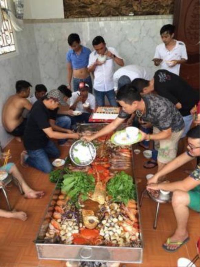 """Các anh em """"đánh chén"""" thưởng thức thành quả, tuy nhiên nồi lẩu này vẫn là quá lớn đối với sức ăn của 20 người đàn ông"""