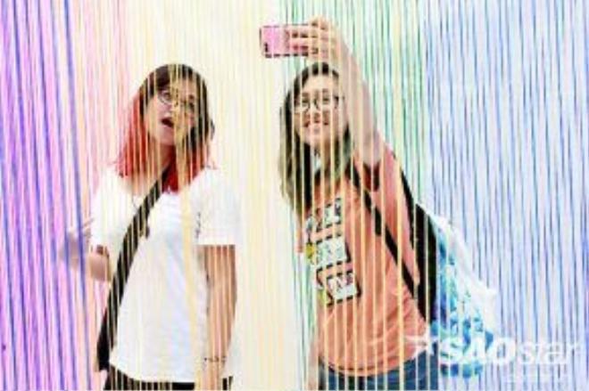 Không thể quên take a selfie cùng bạn bè