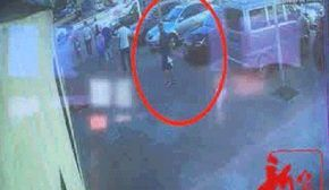 Hình ảnh từ video cho thấy hai tên bắt cóc đã theo dõi hai bà cháu từ trước đó