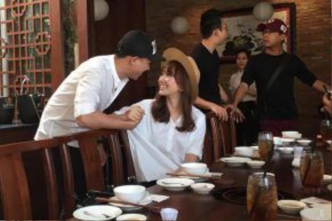 Hari Won chia sẻ cô được Trấn Thành mời đến chỉ để dùng buổi trưa. Chính vì vậy, khi được đề nghị song ca cùng bạn trai, cô tỏ ra bối rối.