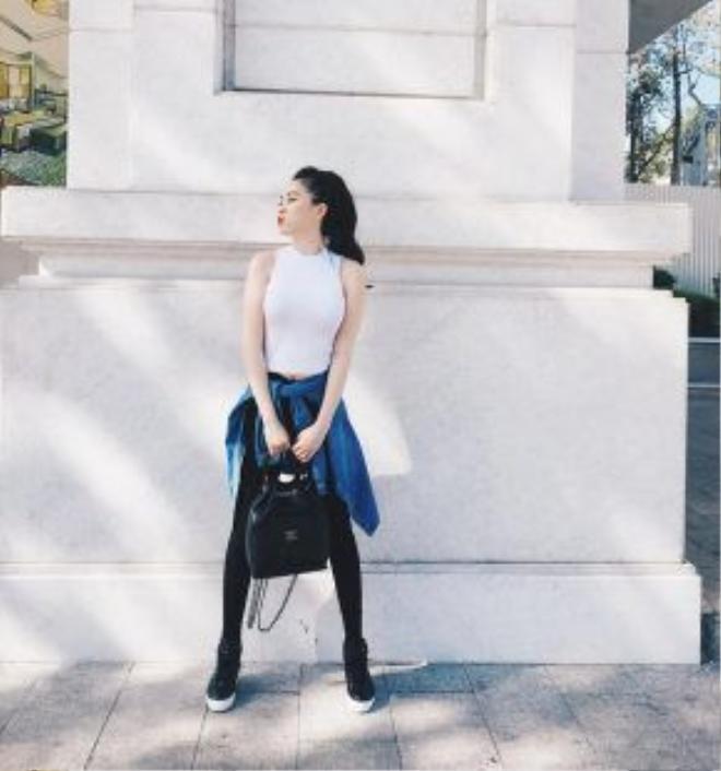 """Phong cách năng động và nữ tính đến từ việc pha trộn khéo léo giữa xu hướng buộc áo sơ mi denim ngang eo cùng với lối trang điểm và làm tóc nữ tính. Bảo Thy nhất định là một trong những """"fashion icon"""" mới của giới trẻ Việt Nam."""