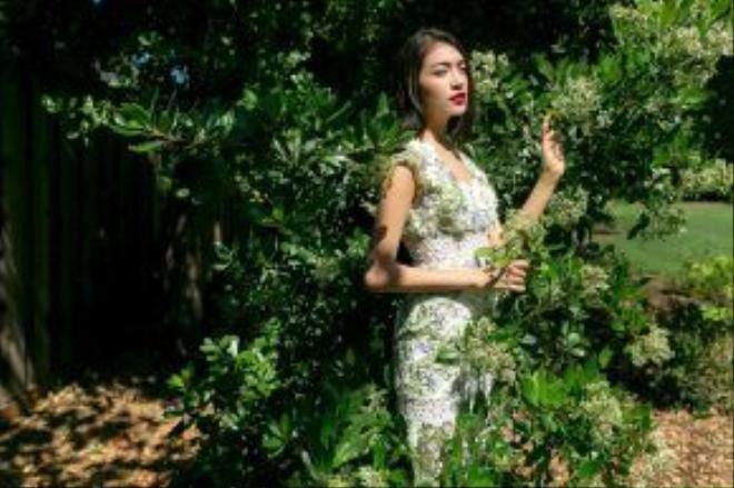 Nét đẹp của á hậu Lệ Hằng được tôn lên một cách duyên dáng trong trang phục ren thanh lịch đến từ thương hiệu Valenciani