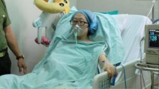 Suốt những ngày mang thai, chị Trâm phải ngồi 24/24 để cứu con.