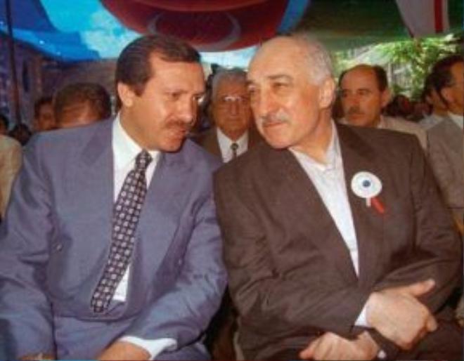 Ông Erdogan (bên trái) và ông Gulen (bên phải) từng là đồng minh sát cánh bên nhau trước khi trở thành kẻ thù không đội trời chung