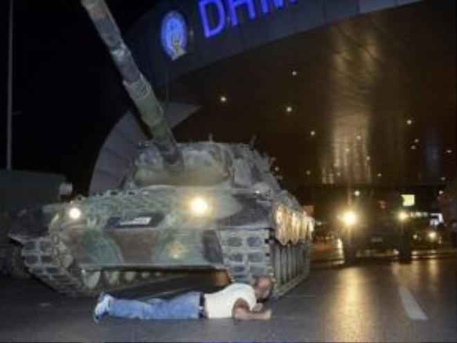 Một người dân sẵn sàng nằm ngay dưới bánh xe tăng để chặn cuộc đảo chính