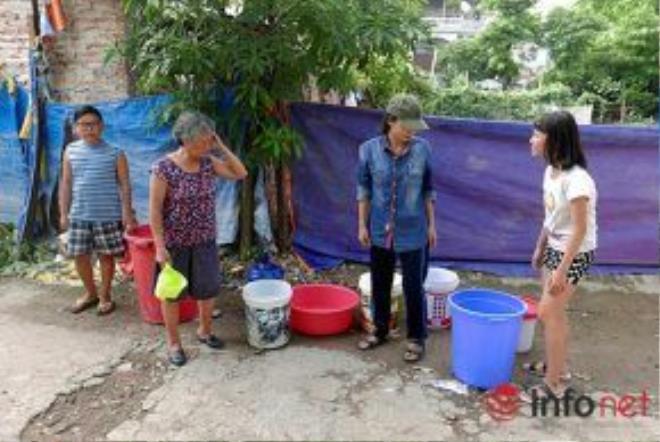 Gần 10 ngày nay, người dân sống tại ngõ 193 Hoàng Văn Thái (phường Khương Trung, quận Thanh Xuân, Hà Nội) đã rơi vào cảnh bị cắt nước sinh hoạt khiến cuộc sống hàng ngày nơi đây gặp nhiều khó khăn.