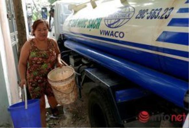 Đại diện của công ty cung cấp nước sạch cho biết, trong thời gian này, mỗi ngày xe có 2 lần điều xe chở nước đến để cung cấp cho người dân, một xe buổi sáng và một xe buổi chiều.