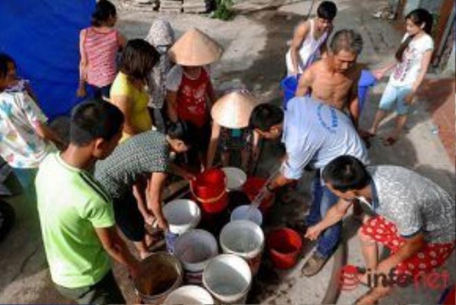 Hàng ngày, người dân sẽ nhận thông tin từ tổ trưởng dân phố về thời gian xe chở nước đến để sắp xếp thời gian ra chờ lấy nước.