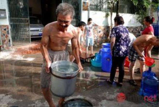 """Ông Vũ Khắc Chai cho biết: """"Mấy hôm trước không có nước dùng, tôi phải đi mua nước bên ngoài về dùng, việc công ty nước sạch cung cấp 2 lần/ngày thế này cũng tạm đủ dùng cho người dân chúng tôi""""."""