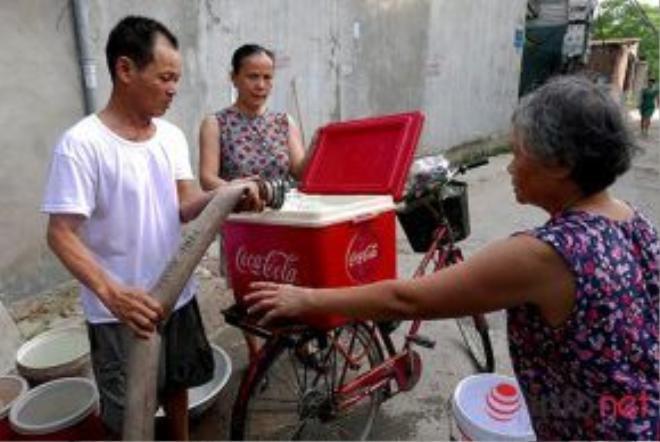 Người dân tận dụng tất cả những vật dụng có thể đựng được nước để mang ra chở nước về nhà.