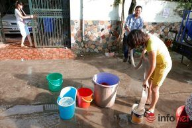 Ngay cả những xô nhỏ, xô lau nhà cũng được tận dụng để trữ nước.
