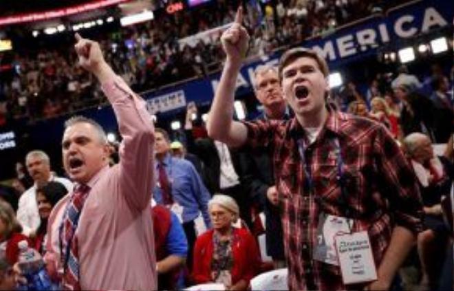Người phản đối Trump bức xúc khi đề nghị bỏ phiếu chọn đại biểu khác của họ không được chấp thuận. Ảnh: Reuters