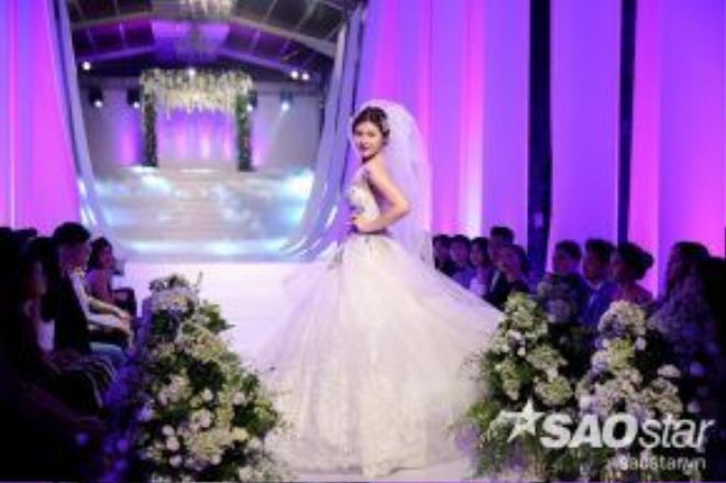 Người đẹp đã thể hiện xuất sắc hình ảnh một cô dâu xinh đẹp trong ngày cưới.