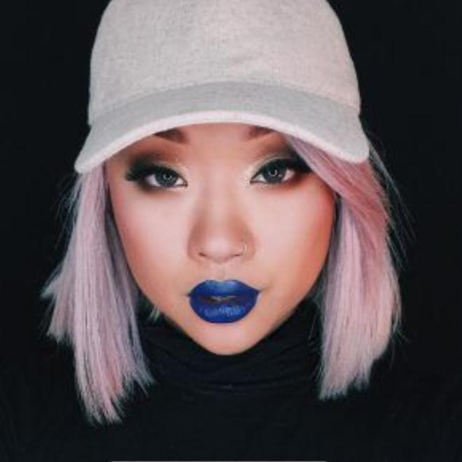 Crazy Blue - cái tên nói lên tất cả. Có thể tạo ấn tượng thị giác mạnh mẽ và khẳng định cái tôi không thể bị trộn lẫn chính là bản sắc của màu son này