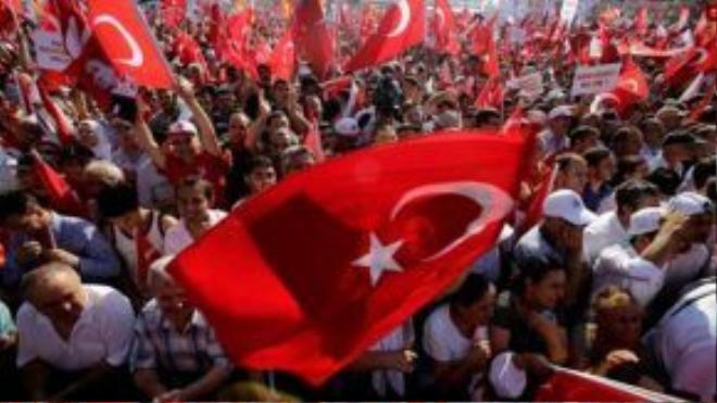 Người dân phản đối đảo chính tại Quảng trường Taksim ở TP Istanbul. Ảnh: AP